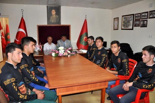 Şehit Yüzbaşı Alkan mezarını, terhis olan askerleri ziyaret etti