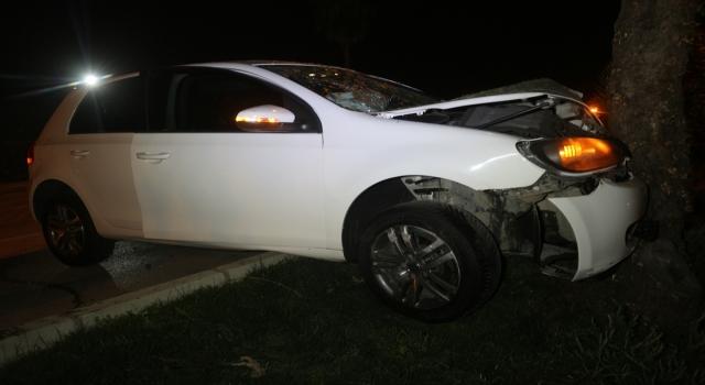 Adana'da ağaca çarpan otomobildeki 2 kişi yaralandı