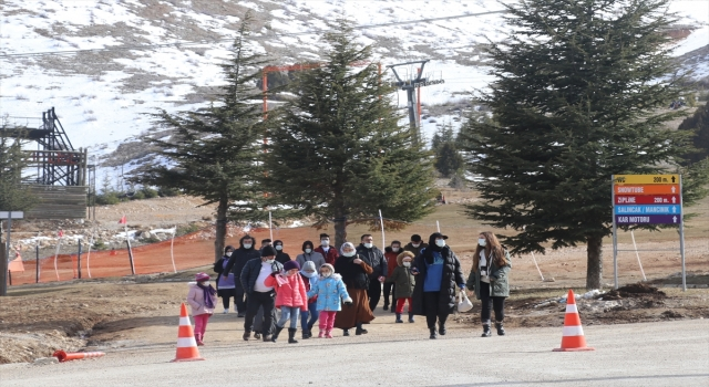Kış turizminin önemli merkezlerinden Davraz'da kayak heyecanı devam ediyor