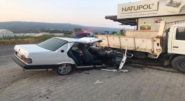 Kaş'ta otomobil, park halindeki kamyonete çarptı: 3 yaralı