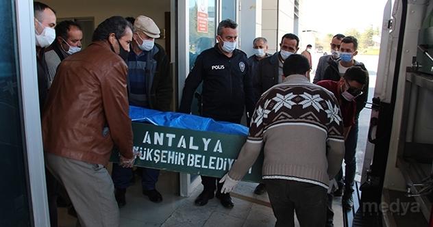 Antalya'da otomobil ve traktör çarpıştı: 2 ölü