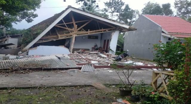 Endonezyadaki depremin bilançosu netleşiyor: 7 ölü