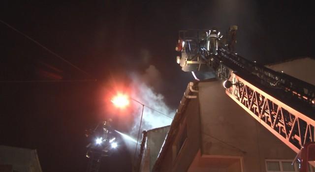 Esenlerde iki binanın çatısı alev alev yandı