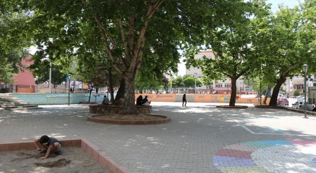 Çocukların oynaması için parkla yol birleştirildi