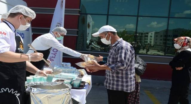 Devlet Hastanesinde aşı kuyruğuna girenlere çorba ikramı yapıldı