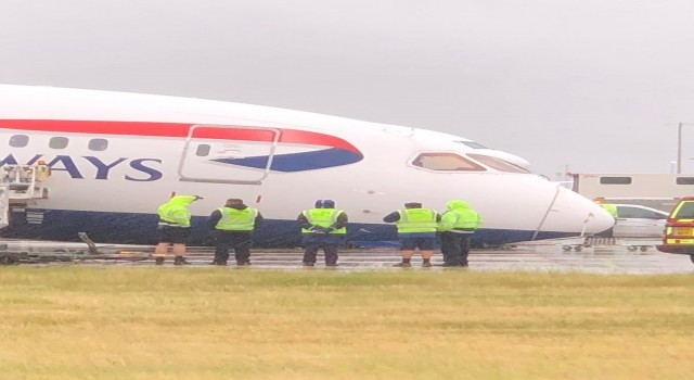 İngilterede park yapan uçağın burun tekerleği kırıldı