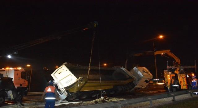 Kağıthanede hafriyat kamyonu devrildi: 1 yaralı