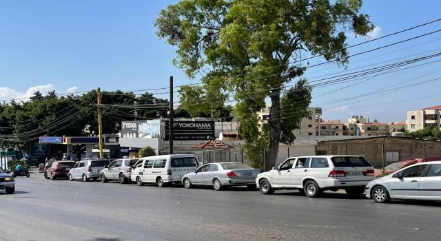 Lübnanda benzin ithal edilemedi, benzin istasyonlarında uzun kuyruklar oluştu