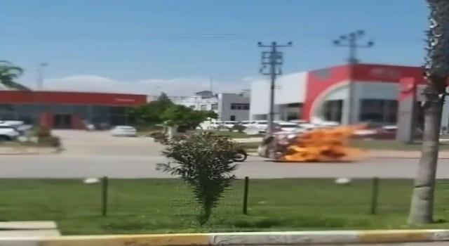 Seyir halindeki motosikletin römorku alev alev yandı