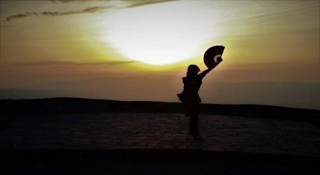 Spil Dağı Milli Parkında gün batımı manzarasıyla antrenman