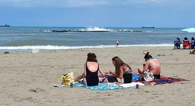 Karasuda denize girme yasağı kalktı, vatandaşlar sahile akın etti
