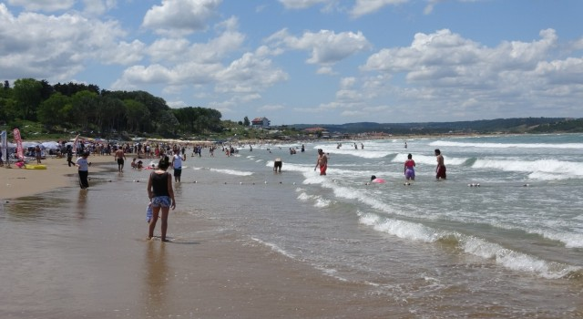 Şilede denize girme yasağına rağmen plajlar doldu taştı