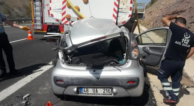 Otoyolda sulama yapan tankere çarpan kadın sürücü öldü