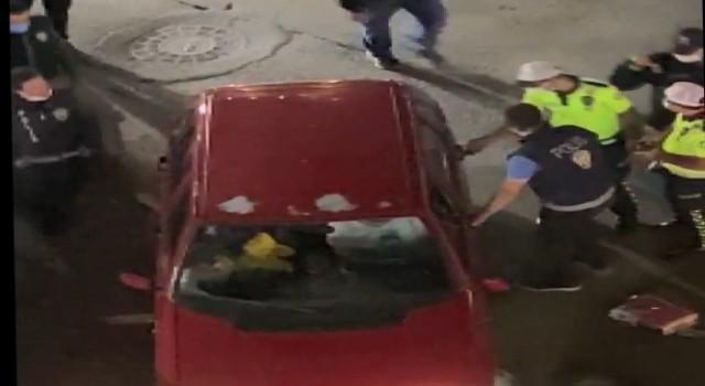 Alkollü şahıs aracını polislerin üzerine sürdü, o anlar kameraya yansıdı