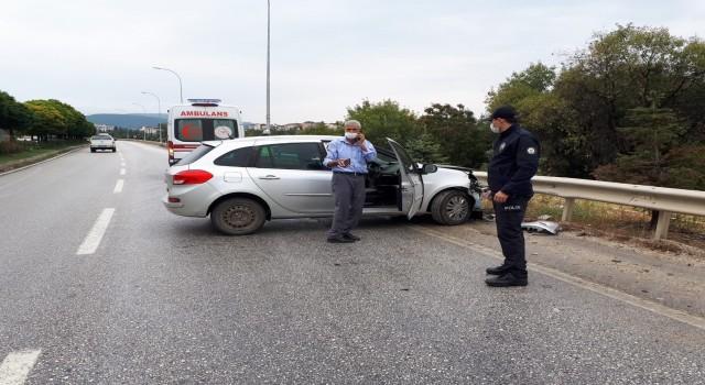 Bilecikte kontrolden çıkan otomobil bariyerlere çarptı, 1 kişi yaralandı