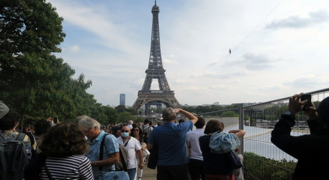 Fransada ip cambazı 70 metre yükseklikte 600 metre ip üzerinde yürüdü