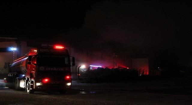 Geri dönüşüm fabrikasını saran alevler geceyi aydınlattı