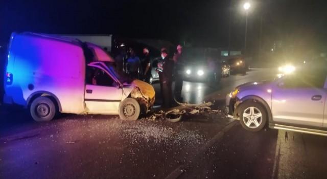 İzmirde otomobil ile hafif ticari araç çarpıştı: 4 yaralı