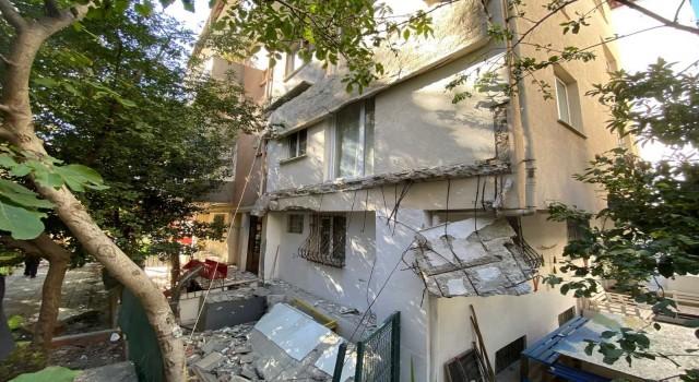 Kadıköyde 25 yıllık binanın balkonları çöktü, mahalleli sokağa döküldü