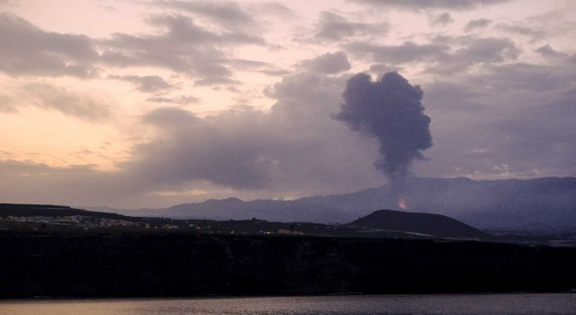 La Palmadaki Cumbre Vieja Yanardağı yeniden lav ve kül püskürtmeye başladı