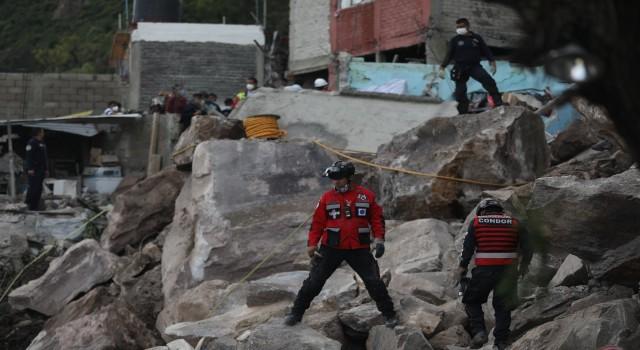 Meksikada yamaçtan kopan dev kayalar evlerin üzerine düştü: 1 ölü, 10 kayıp
