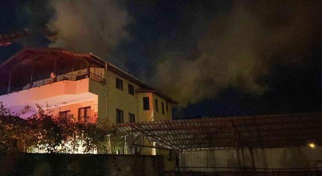 3 katlı evin teras katında korkutan yangın: Mahsur kalan adamı alevlerin arasından kurtardılar