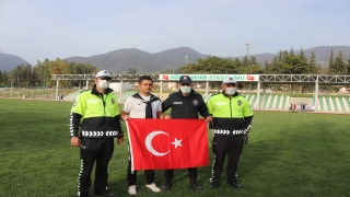 Osmaniye'de futbolculardan polislere sürpriz kutlama