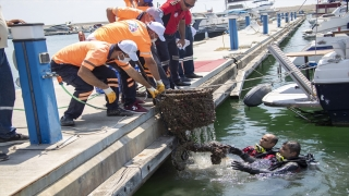 Mersin'de deniz dibinden alışveriş sepeti, halat ve plastik atıklar çıktı