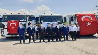 Çevre ve Şehircilik Bakanlığınca Kadirli ve Sumbas ilçelerine çöp toplama kamyonları ile vidanjör hibe edildi