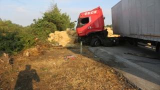 Adana'da saman yüklü tır devrildi