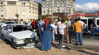 Hatay'da iki otomobil çarpıştı: 4 yaralı