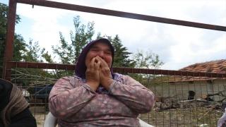 Burdur'da evi, ahırı ve samanlığı yanan kadın gözyaşlarına hakim olamadı