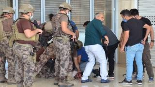 Antalya'da iş arkadaşını bıçakla rehin alıp yaralayan garson gözaltına alındı