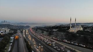İstanbulda kısıtlama sonrası 15 Temmuz Şehitler Köprüsünde trafik yoğunluğu havadan görüntülendi