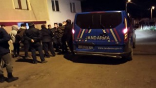 Hırsızlıklardan bezen vatandaşlar şüphelileri pusu kurarak yakaladı