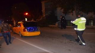 Taksiye çarpan otomobil bahçe duvarında asılı kaldı