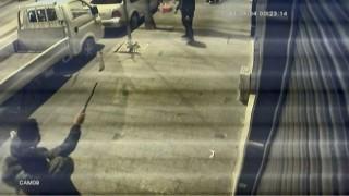 (Özel) İstanbulda dehşet anları: Döner bıçağıyla saldıran genci tabancayla vurdu