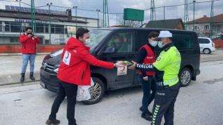 Polis gününde uygulama yapan polislere Kızılaydan jest