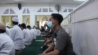 Endonezyalılar Covid-19 tedbirlerine rağmen camilere akın etti