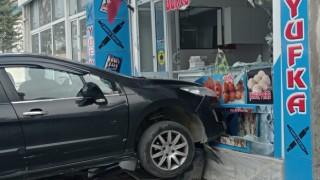 Silivride kontrolden çıkan otomobil yufkacıya daldı