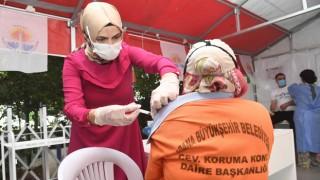 Adana Büyükşehir Belediyesi çalışanlarını aşılıyor