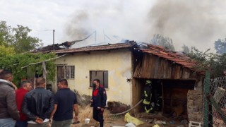 Alevlerin sardığı ev kullanılamaz hale geldi