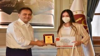 Başkan Şahinden Türkiye 3üncüsü olan öğrenciye hediye çeki