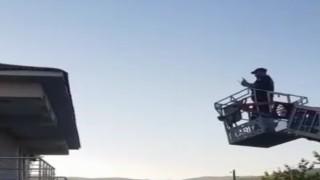 Bingölde çatıda ipe dolanan kırlangıcı itfaiye ekipleri kurtardı