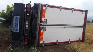 Burdurda kamyon şarampole yuvarlandı: 2 yaralı