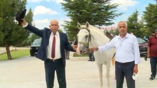 DYPli eski Belediye Başkanı Demirelin mezarına kıratla girdi