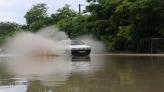 Edirnede yağmur sonrası yollar göle döndü