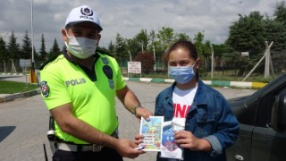 Emniyet kemeri takan sürücüler kitapla ödüllendirildi