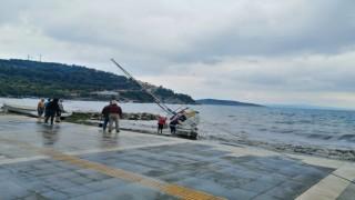 Erdekte şiddetli lodos teknelere zarar verdi