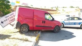 Hurdaya dönen aracın sürücü kazayı hafif sıyrıklarla atlattı